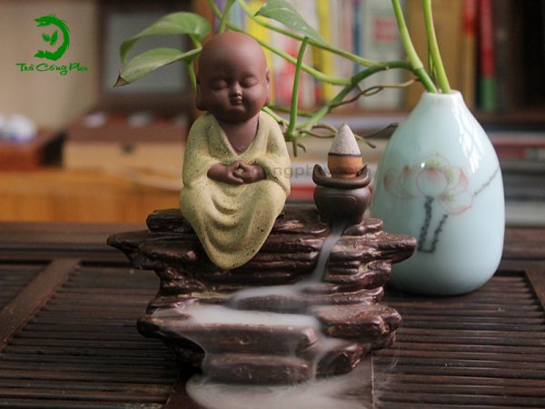 Thác khói trầm hương – Chú tiểu ngồi thiền