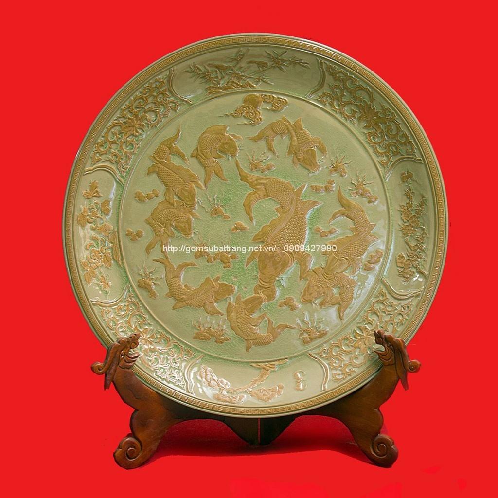 Đĩa phong thủy gốm sứ khắc cửu ngư vọng nguyệt